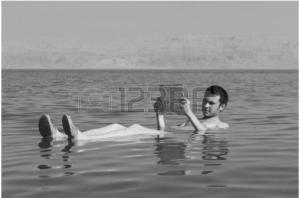 12130111-homme-de-race-blanche-lit-un-livre-qui-flotte-dans-les-eaux-de-la-mer-morte-en-israel noir et blanc